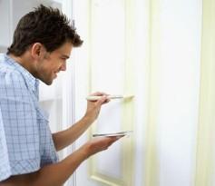 Покраска деревянной двери краской белого цвета