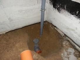 Пример выполнения монтажа канализационных труб в бане