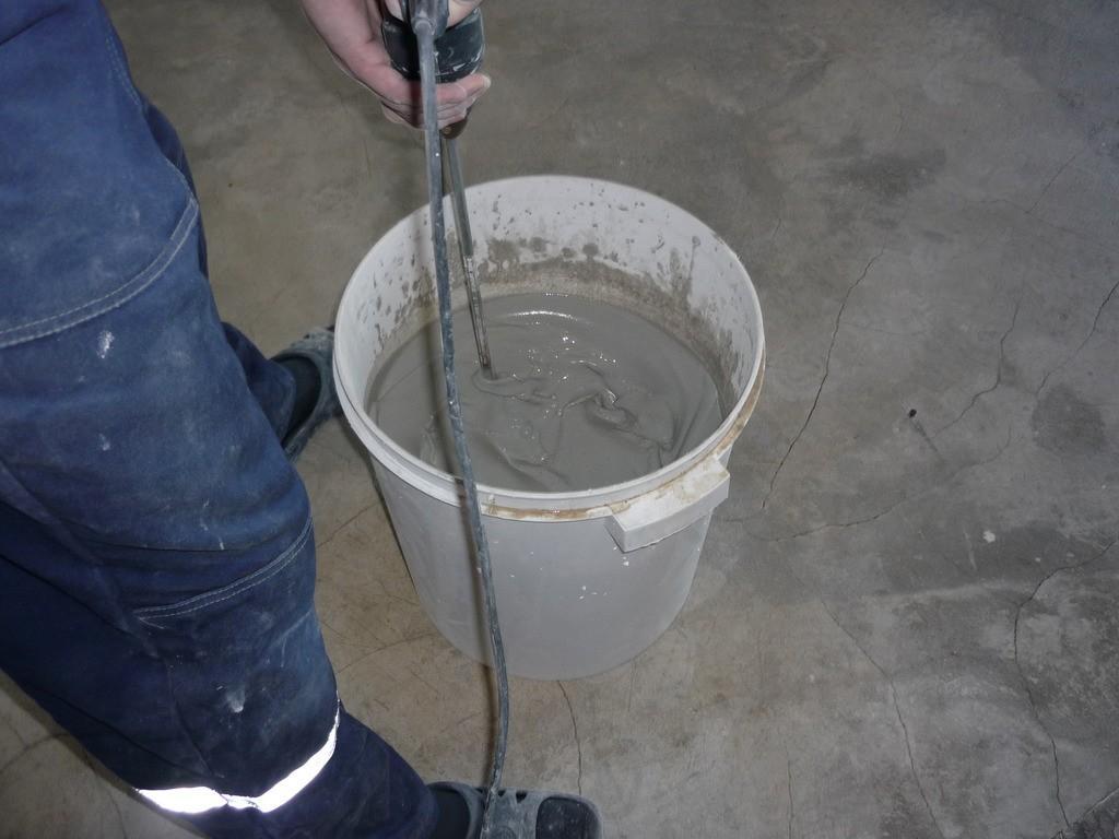 Пример замешивания добавки для бетона