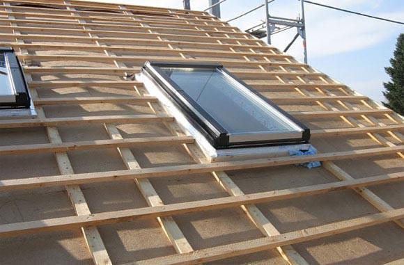 Пример обрешетки под металлочерепицу на крыше с мансардными окнами