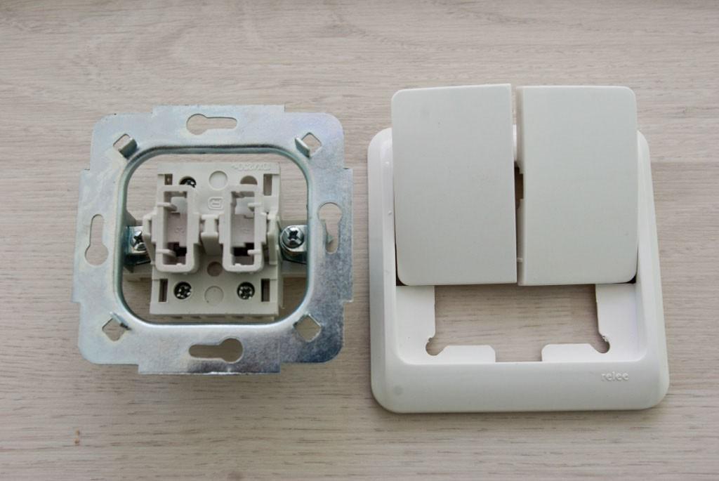 Разобранный выключатель (в данном случае без подсветки)