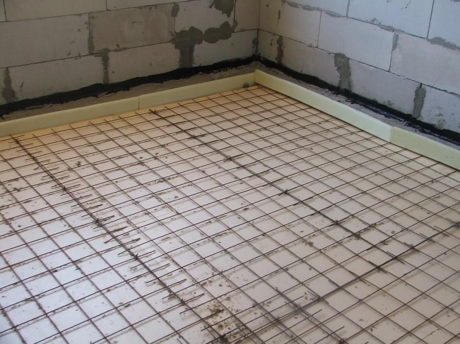 Сетку укладывают параллельными рядами с напуском 10 см
