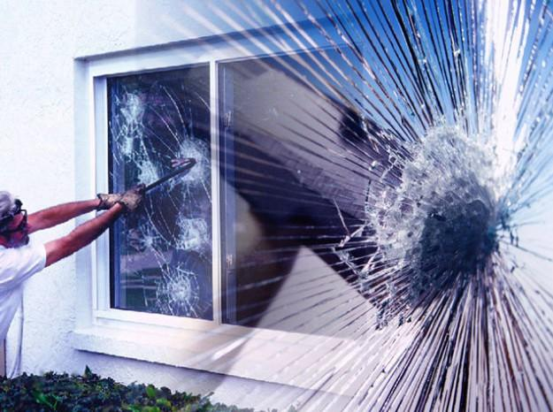 Современные пластиковые окна разбить достаточно сложно, но трещин не избежать