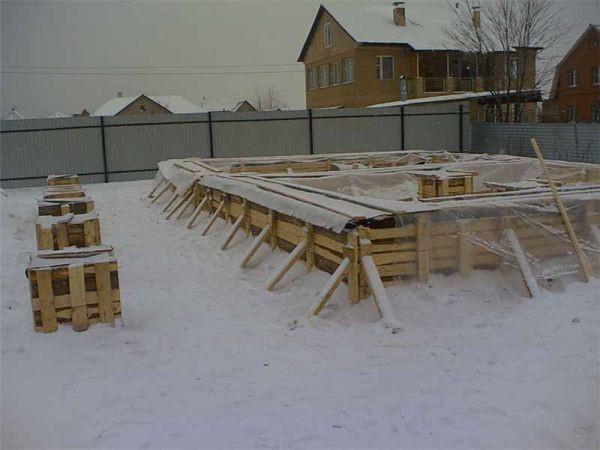 Как правильно залить фундамент зимой