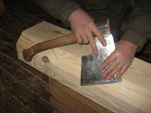 Умение работать топором пригодится при обустройстве потолка