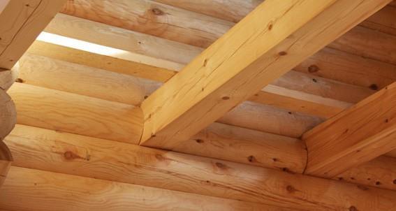 Фото установленных несущих балок, на которые будут укладываться доски потолка
