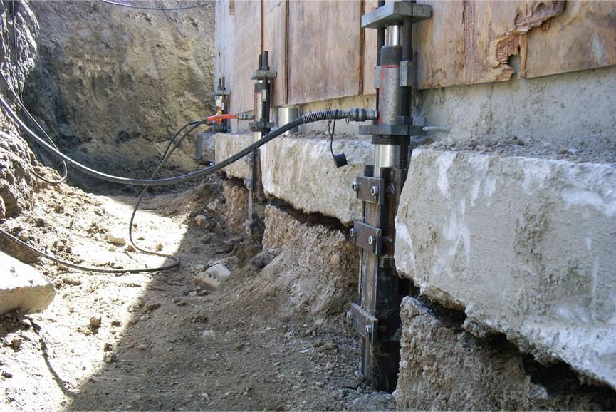Фундамент воспринимает большие нагрузки, но иногда не выдерживает их и разрушается