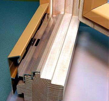 Деревянная рама снаружи закрыта металлическим профилем