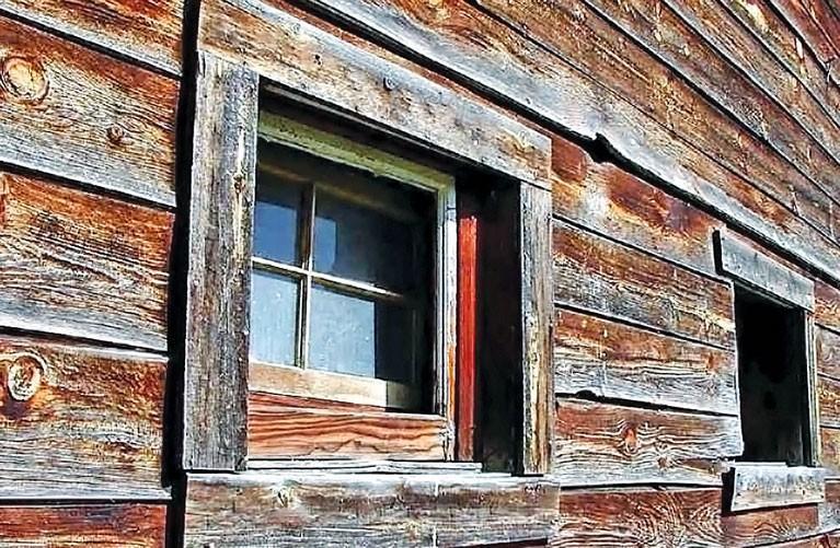 Старые окна, требующие реставрации и ремонта