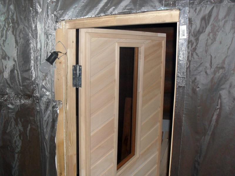 Пример закрепления фольги вокруг дверного проема