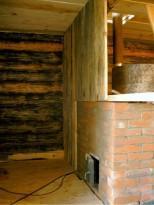 Установленная вертикальная печь и кирпичный экран вокруг нее