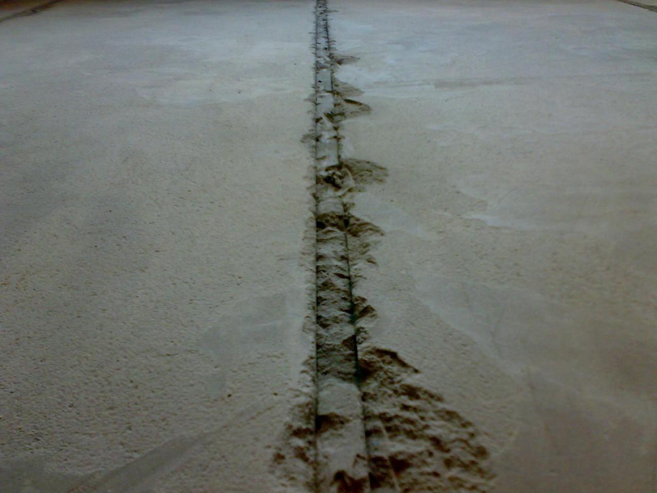 Фото заполняемой раствором выемки, оставшейся после удаления маяка