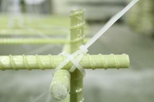 Вариант скрепления арматуры пластиковым хомутом
