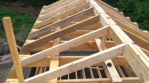 Наслонные стропила концами опираются на стены здания, а средней частью (при пролёте между опорами более 4,5 м) — на промежуточные опоры