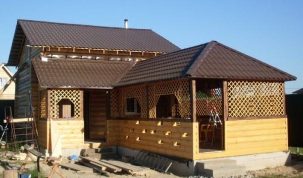 Баня, построенная под одной крышей с беседкой