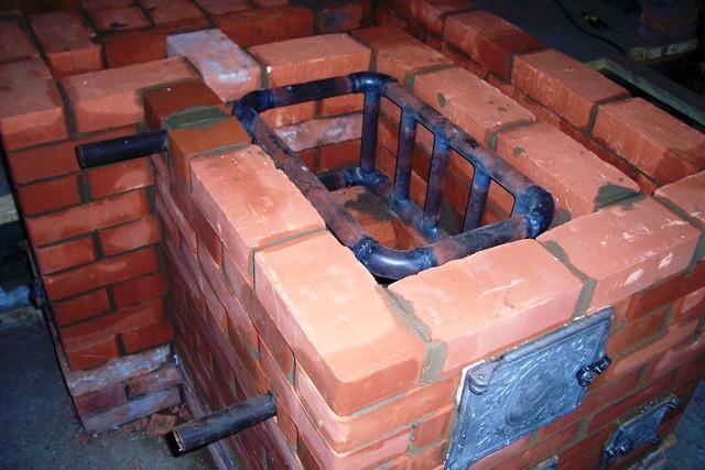 Вот трубчатый теплообменник, установленный вдоль одной стенки топливника
