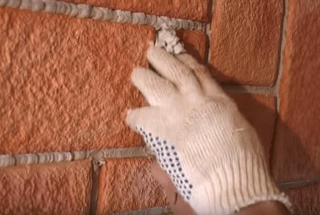 Выравнивание затирки рукой