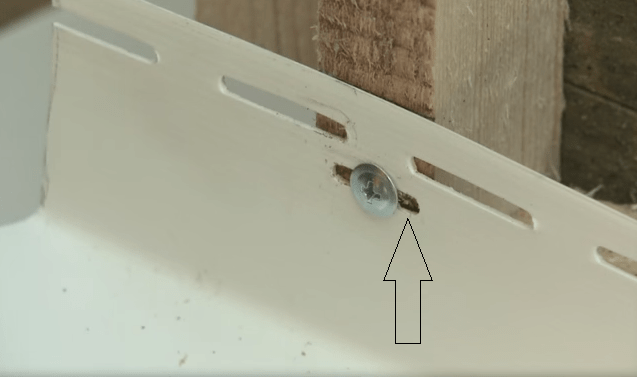 Если монтажное отверстие не попадает на центр планки обрешетки, сделайте дополнительное отверстие
