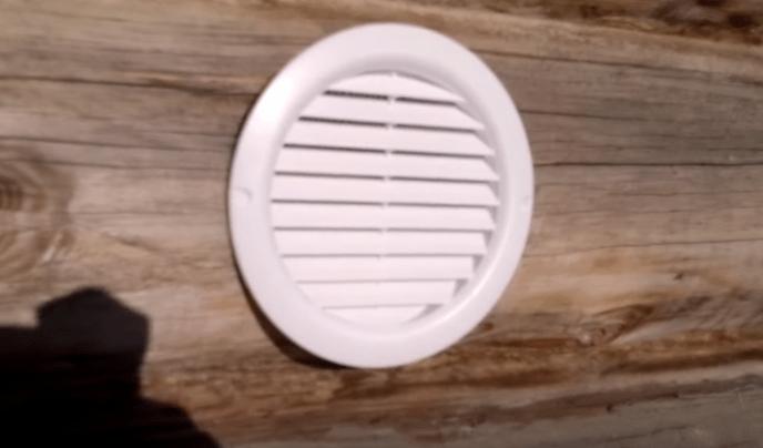 Закрепляем вентиляционные решетки. На фото - решетка с внешней стороны бани