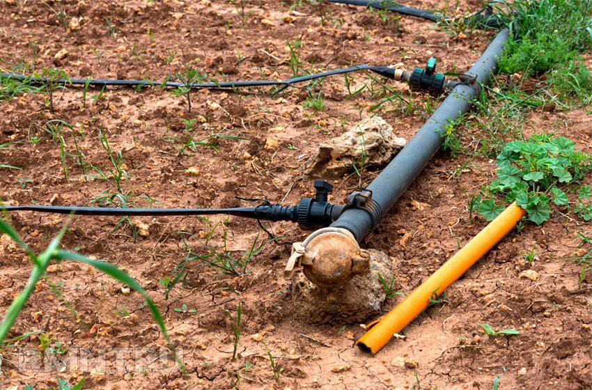 Летний водопроовд открытого типа может помешать работам на огороде или испортить ландшафтный дизайн участка около бани