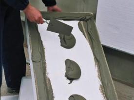 Нанесение клея на пенопластовую плиту