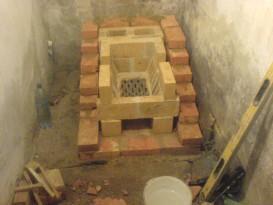Начало кладки печи - выложена часть топливника и установлен колосник