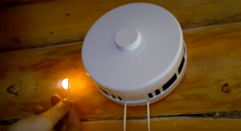 На фото клапан притока воздуха и его проверка на работопособность