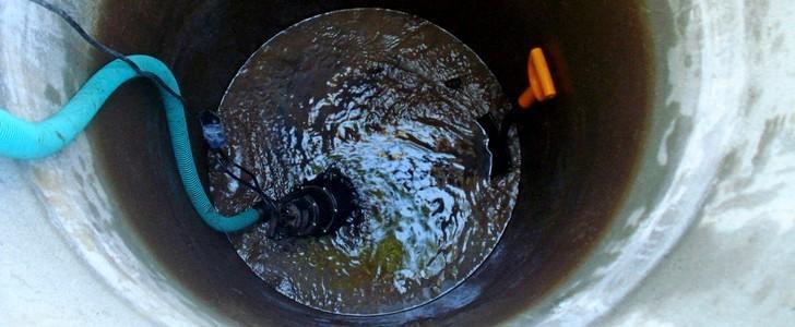 Откачка воды насосом