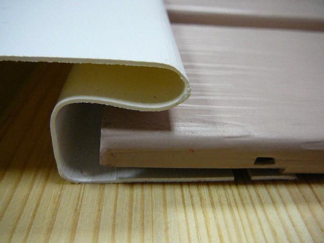 Панель сайдинга установлена в соединительную планку, с учетом теплового расширения панели