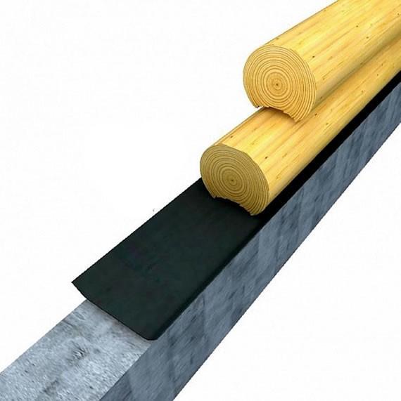 Под нижний венец укладывается гидроизолирующий материал минимум в два слоя