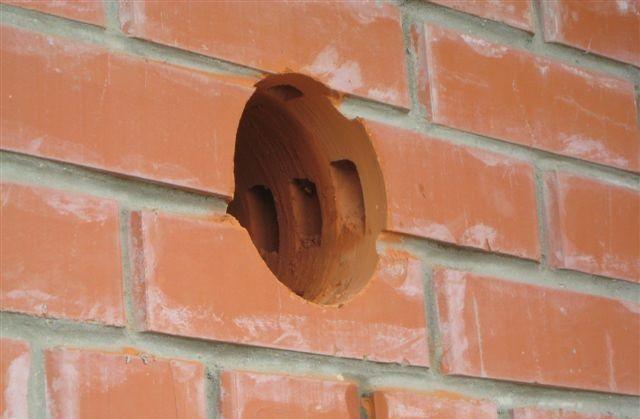 Пример отверстия для вентиляции в кирпичной стене