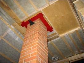 Проход прямого кирпичного дымохода через потолок