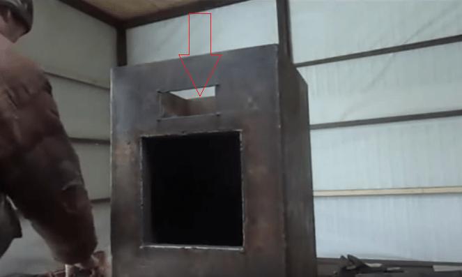 Стрелкой показано технологическое отверстие для чистки сажи