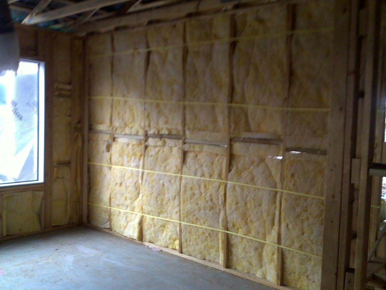 Утепление каркасных стен. На фото виден шнур для фиксации плит