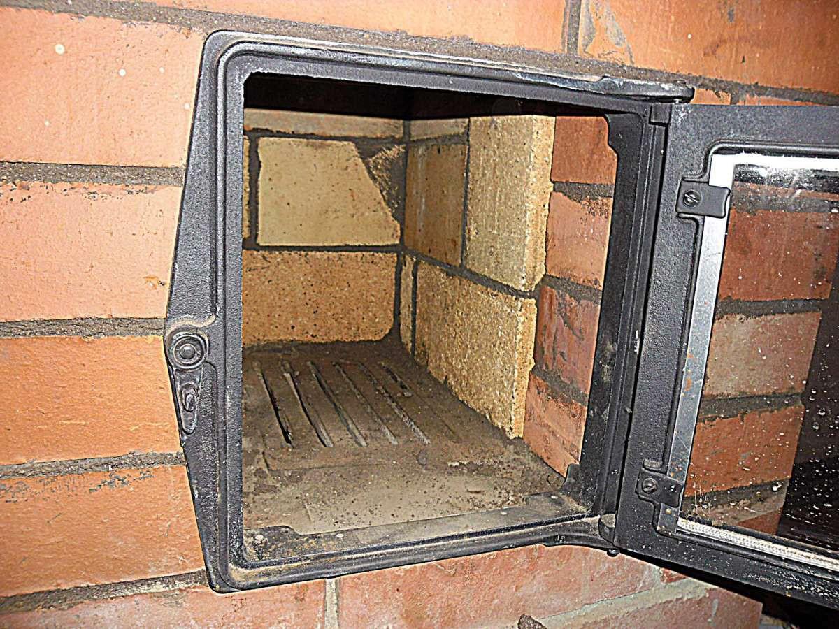 Фото - топка печи и открытая дверца для вентилирования помещения