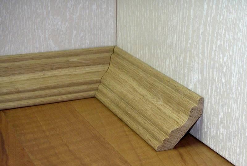 На фото показана стыковка плинтусов во внутреннем углу помещения