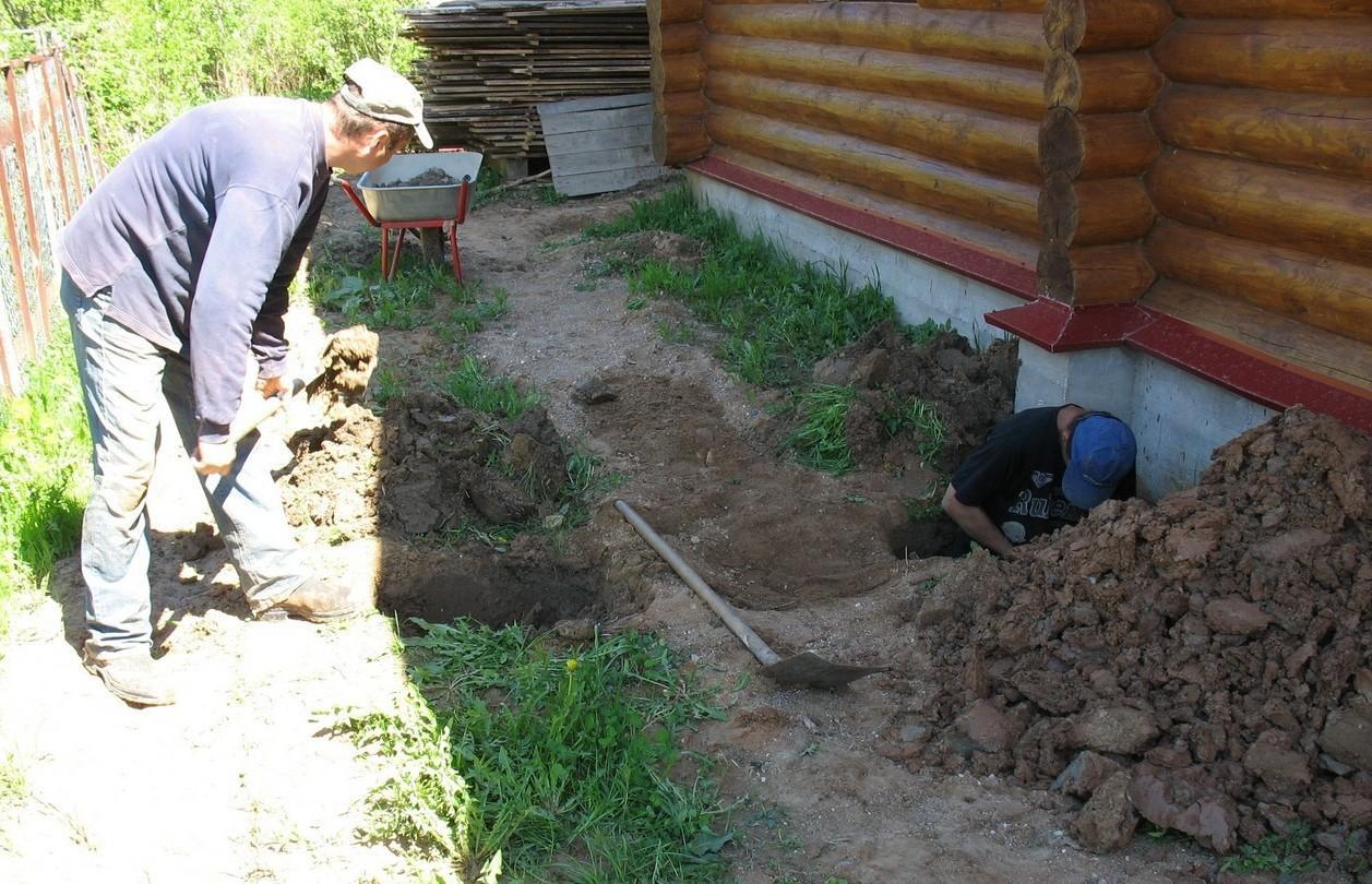 Водопроводная труба проходит под фундаментом дома и под дренажной трубой вокруг дома