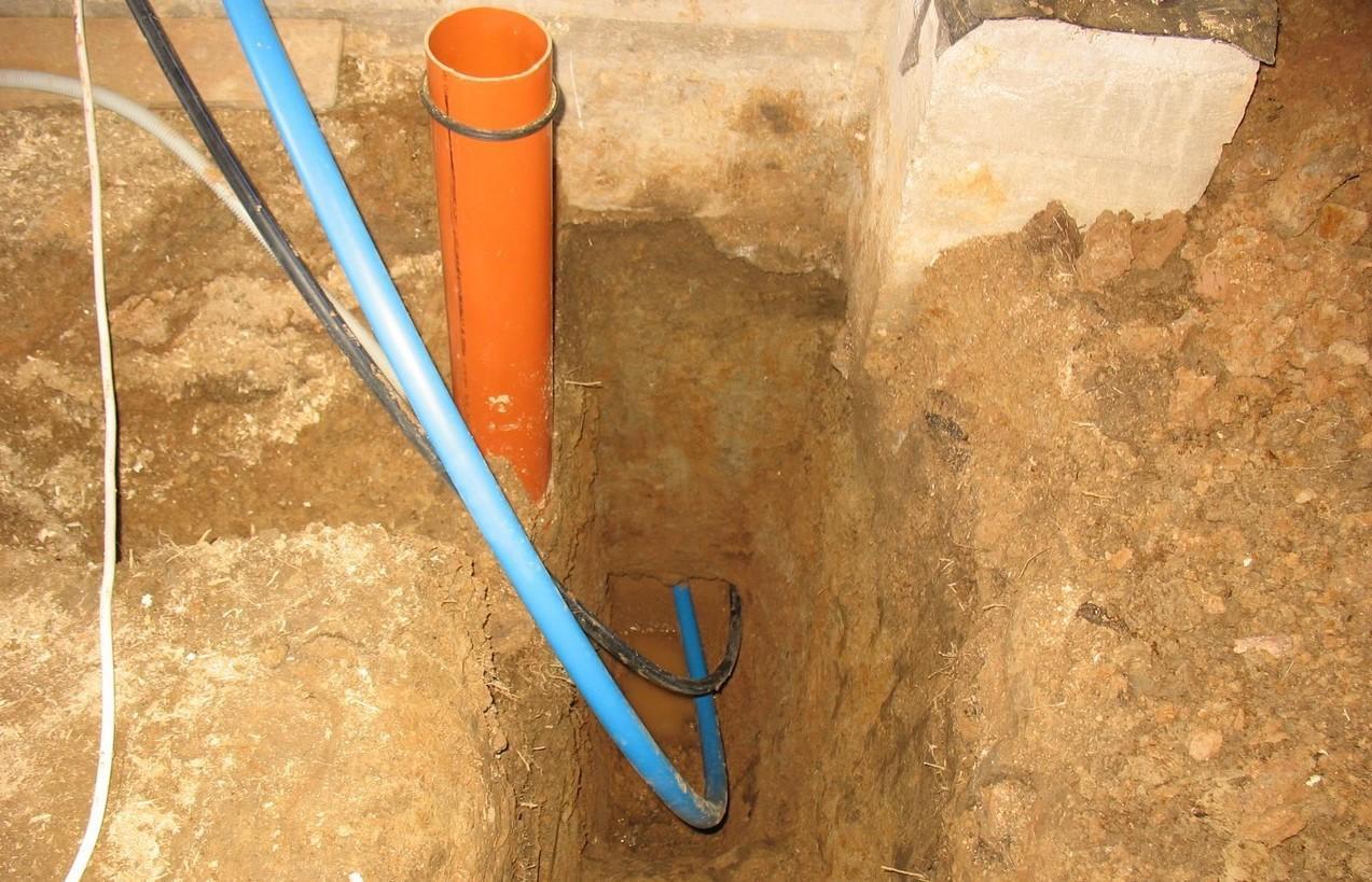 Водопроводная труба (синяя), прокладывается в паре с электрическим кабелем для питания насоса в скважине. Провод проложен в черной трубе для дополнительной защиты