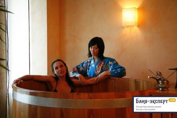 Фурако - просто бочка с горячей водой. Купель Фурако - это большая круглая купель, установленная на улице или в помещении, с погружной дровяной печкой.