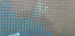 Для начала наносим тонкий слой клея затем сетку, затем опять слой клея. Нельзя, чтобы армирующая сетка соприкасалась с пенопластом