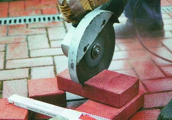 Перед разрезом кирпича следует надежно зафиксировать изделие, особенно если выполняется ручной распил