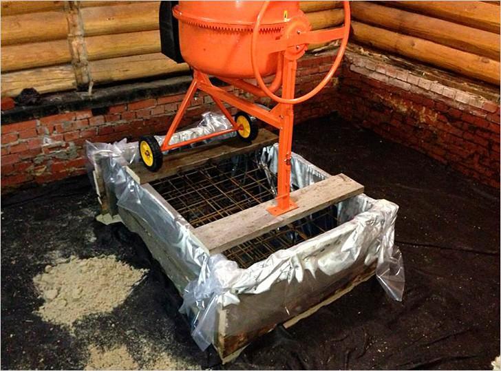 На фото заливка бетона в опалубку и установленный в ней арматурный каркас