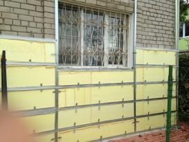 На фото процесс утепления кирпичной стены ЭППС