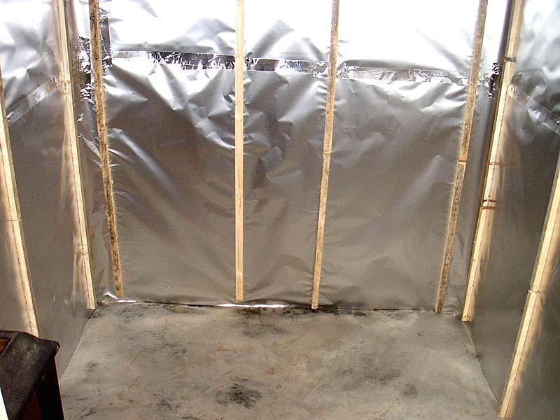 Пароизоляция стен бани алюминиевой фольгой