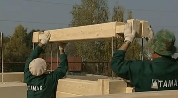 На фото видны фиксирующие шпильки и процесс сборки стен