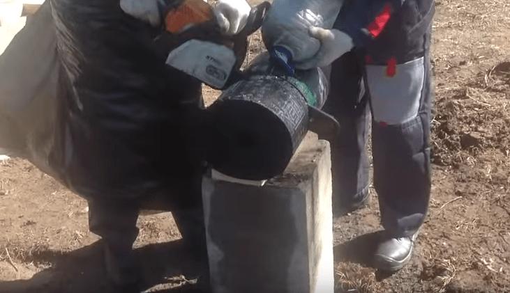 Рулон гидроизоляции режем бензопилой