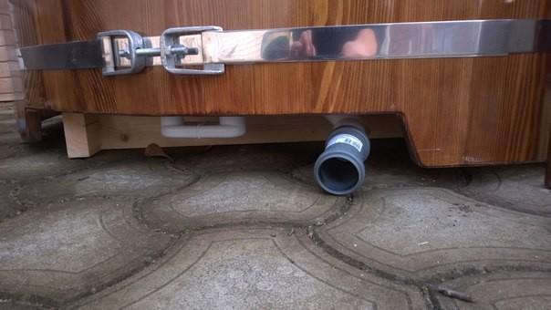 Можно сливать воду из купели и с помощью насоса, стационарного или погружного. Это ускоряет скорость процесса