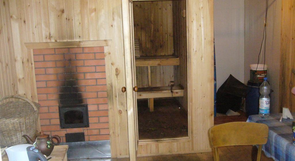 Интерьер бани до переделки. Дверь в парную из комнаты отдыха, в последней постоянно была высокая влажность