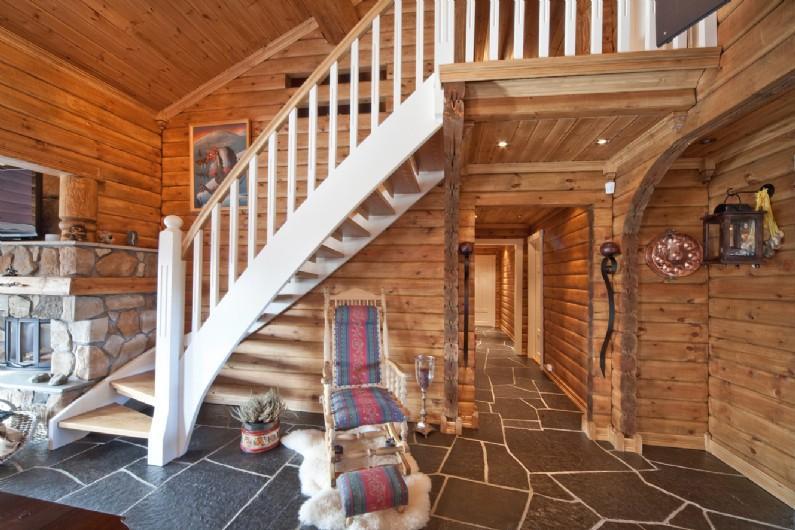 Внутреннее убранство двухэтажного дома из лафета