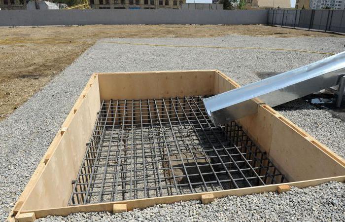 Залейте бетон в опалубку слоями
